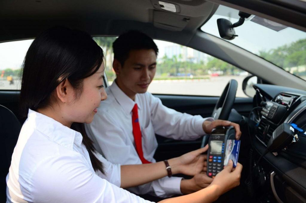 thanh toan bang the 1024x678 - Làm thẻ Taxi Group trả trước và trả sau - Thẻ Taxi Group Vietcombank