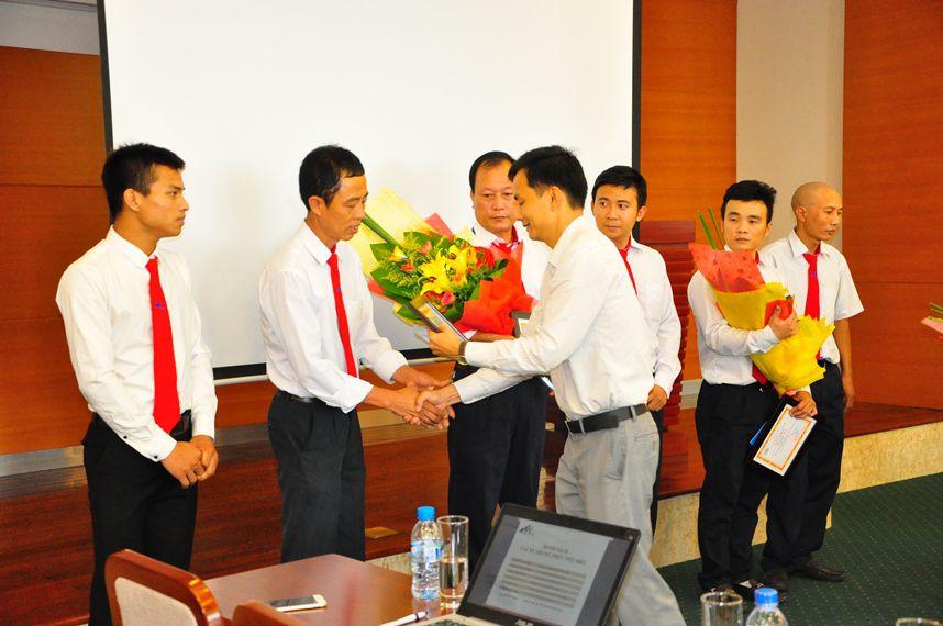 dai dien taxi group trao giay khen hoa va phan thuong cho cac anh em lai xe - Những tấm gương lái xe tiêu biểu của Taxi Group tháng 8