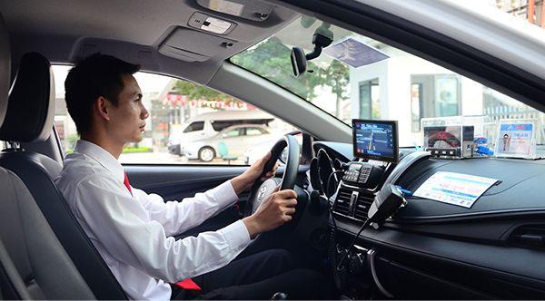 tablet tren xe taxi group - Taxi Group thông báo tuyển lái xe taxi tháng 12 năm 2015
