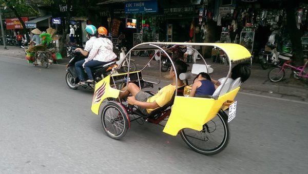 Xe taxi la 1 - Ông bố trẻ và chiếc taxi tự chế ở Hà Nội
