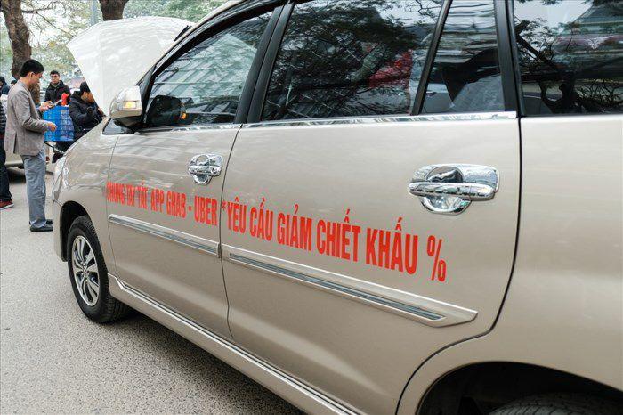 Tai xe grabcar dinh cong - Tài xế GrabCar đình công phản đối việc Grab tăng chiết khấu